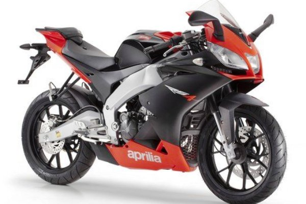aprilia rs4 de 125cc e 50cc s o pequenas com cara de esportivas que ganham novas vers es motorede. Black Bedroom Furniture Sets. Home Design Ideas