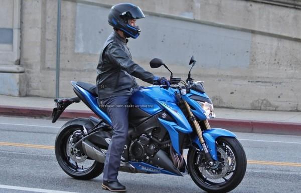 Flagrada fotos super naked GSR 1000 2015 Suzuki