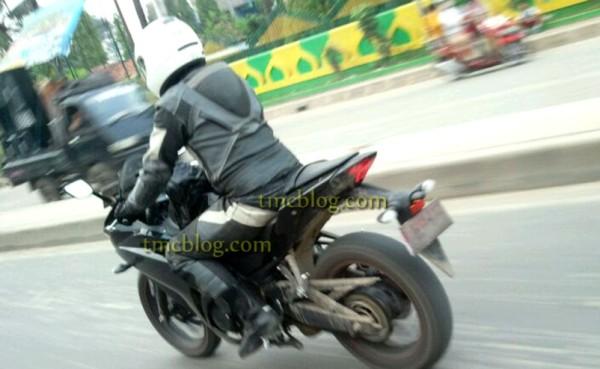 Nova Yamaha R25 2014 Flagrada nas ruas