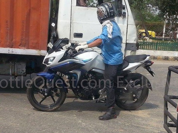 Nova Yamaha Fazer 150 carenada flagrada nas ruas da India