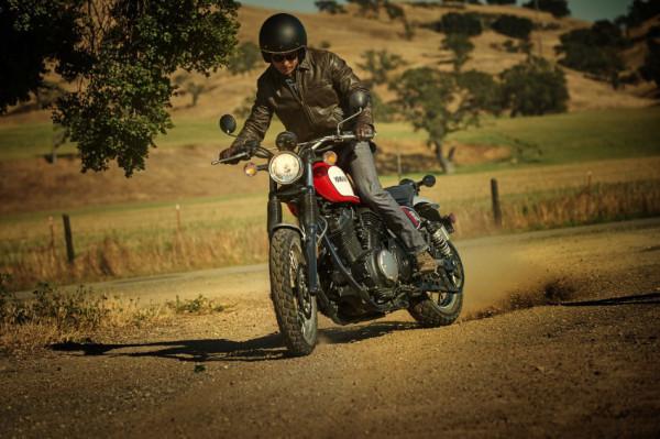 Yamaha SCR950 é custom com pegada scrambler 4