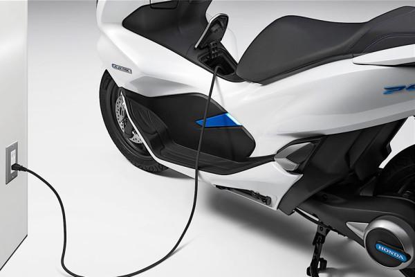 Honda PCX Elétrica (Electric) Carregando