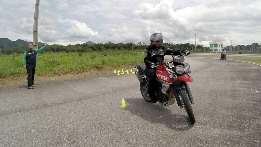 como-fazer-manobras-moto-baixa-velocidade-02