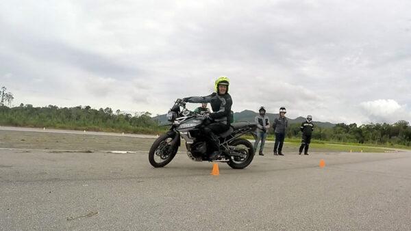 como-fazer-manobras-moto-baixa-velocidade-06