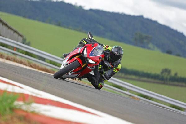 Moto e piloto na pista